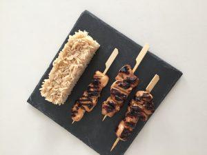 Brochettes de poulet mariné au miel, soja et gingembre